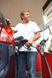 Fyllande bil för Male bilist med Petrol fotografering för bildbyråer