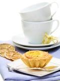 fyllande sandiga teacups för citronbakelse Arkivfoton