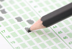 Fylld fokus för svarsark på blyertspennan Arkivfoto