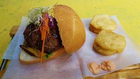 Fylld hamburgare och stekt palmlilja fotografering för bildbyråer