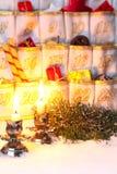 Fyllda Advent Calendar vid levande ljus Royaltyfri Bild