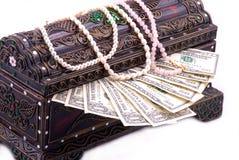 fyllda smyckenpengar för ask bröstkorg Arkivfoto