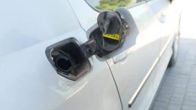 Fyller hållande dysabränsle för handen på in bilen stock video