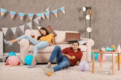 Fylleristvänner som sover i smutsigt rum arkivbild