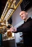 Fyllnads- öl för bryggare i ölexponeringsglas från ölpumpen Royaltyfri Foto