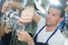 Fyllnads- exponeringsglas för man från den industriella vaten royaltyfria foton