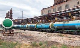 Fyllnads- kemikaliejärnvägbilar tankar på växten Royaltyfria Foton