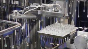 Fyllnads- maskin, farmaceutisk utrustning lager videofilmer