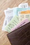 fyllt läder receipts plånboken Arkivbilder