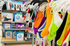 Fyndshopping: Kvinnors kondition och sportar Clothin Arkivbild