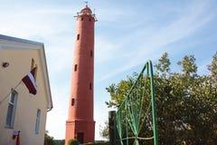 Fyr Akmenrags, Lettland Fyr på kusten av Östersjön Royaltyfri Bild
