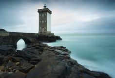 Fyr av Pointe de Kermovan i Le Conquet, Brittany, Frankrike Royaltyfria Foton
