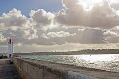 Fyr av Saint Malo, meddelande av strängt väder (Brittany France) Arkivfoto
