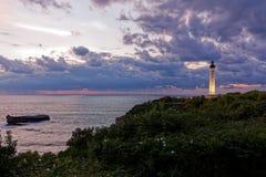 Fyr Biarritz, solnedg?ng och moln, ?skv?der arkivbild