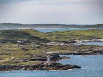 Fyr för markör för vit tid för damgåtadag maritim på clifd Royaltyfria Bilder