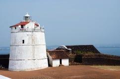 Fyr i det Aguada fortet som lokaliseras nära den Sinquerim stranden, Goa, Indien Royaltyfria Bilder