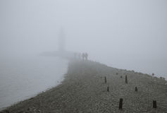 Fyr i dimma Fotografering för Bildbyråer