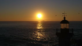 Fyr i solnedgången 01 stock video
