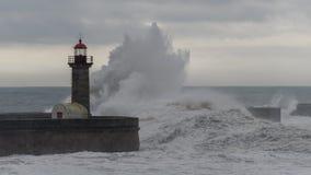 Fyr med vågor Arkivfoto
