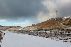 Fyr nära geotermiskt område Gunnuhver på vintern, Reykjanes halvö, Island Royaltyfri Bild