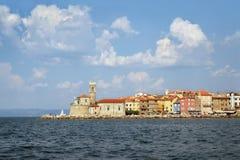 Fyr och kyrka i Piran, Slovenien, sikt från havet royaltyfria foton
