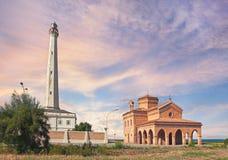 Fyr och kyrka i Punta Penna, Abruzzo, Italien Royaltyfri Bild