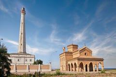 Fyr och kyrka i Punta Penna, Vasto, Abruzzo, Italien Arkivbild