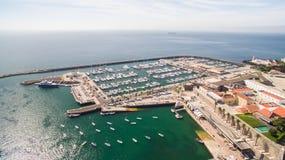 Fyr och marina av Cascais Portugal den flyg- sikten Arkivbild