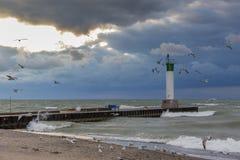 Fyr och pir på Lake Huron under en stormig himmel - Ontario, Royaltyfria Bilder