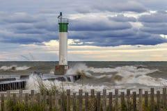 Fyr och pir på Lake Huron under en stormig himmel - Ontario, Arkivfoton