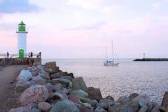 Fyr och segelbåten Fotografering för Bildbyråer