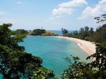 Fyr och strand i den Ko Lanta nationalparken, Thailand Royaltyfri Fotografi