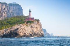 Fyr på den steniga kusten av den Capri ön, Italien arkivfoto