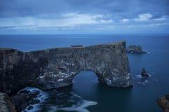 Fyr på Dyrholaey i Island Royaltyfri Bild