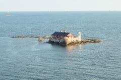 Fyr på en ö framme av den Göteborg kusten arkivbild