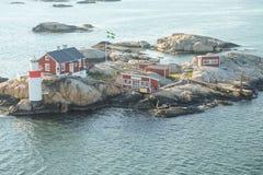 Fyr på en ö framme av den Göteborg kusten arkivfoto