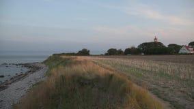 Fyr på hög kust för baltiskt hav lager videofilmer