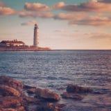 Fyr på kusten royaltyfri bild
