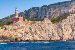 Fyr på kusten av den Capri ön, Italien royaltyfri fotografi