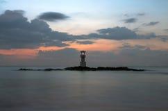 Fyr på kusten med seascape Arkivbilder