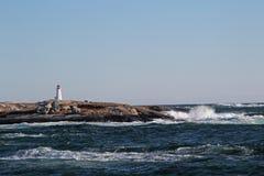 Fyr på kustlinjen Royaltyfri Bild