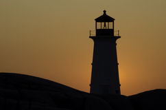 Fyr på Peggys Cove, Nova Scotia på solnedgången Arkivfoto