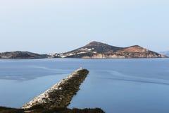Fyr på pir på den grekiska ön Royaltyfri Bild