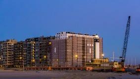 Fyr på stranden av blankenberge, Belgien som bygger under konstruktion på hamnen arkivfoto
