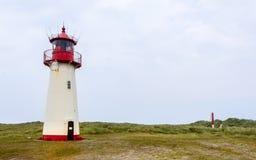Fyr som Lista-är västra inom ett dynlandskap med gräs och sand Panoramautsikt på en klar dag Lokaliserat i listaauf Sylt, royaltyfri foto