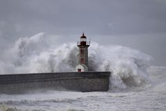 Fyr under storm arkivfoto