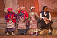Fyra äldre Tibetans av den Boudhanath templet, Katmandu, Nepal Royaltyfri Fotografi