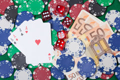 Fyra överdängare, pengar, pokerchiper och tärnar Royaltyfria Foton