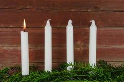 Fyra adventstearinljus på en gammal plankavägg Royaltyfria Foton