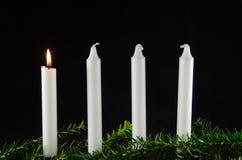 Fyra adventstearinljus på svart bakgrund Arkivbilder